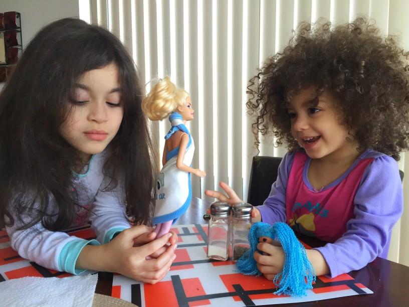 2 Mädchen spielen Barbie