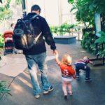 Alleinerziehender Vater hat Tochter zu Besuch