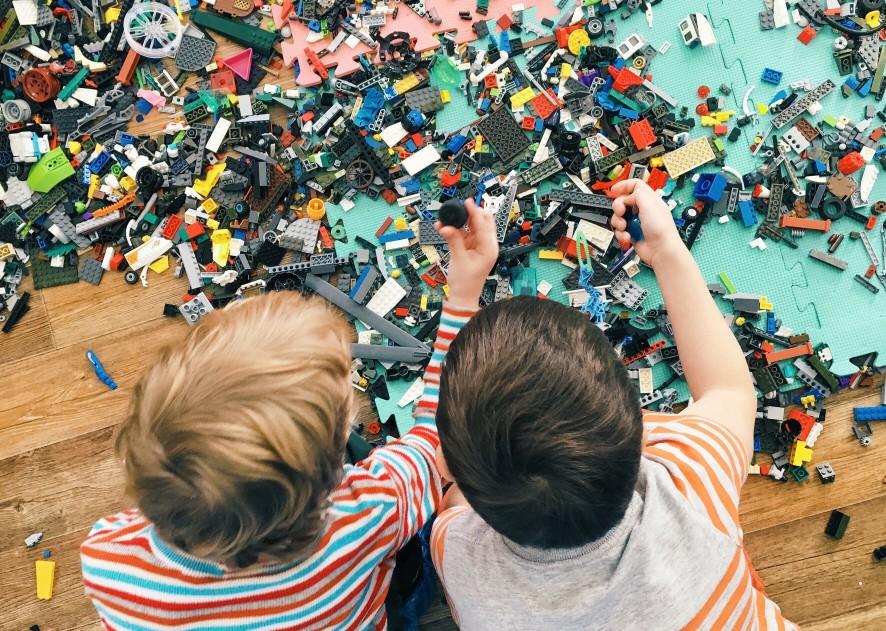 Kinder spielen mit Lego