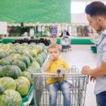 Vater und Sohn beim Einkauf